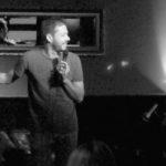 Publikum aufwärmen bei der Stand Up Comedy Show