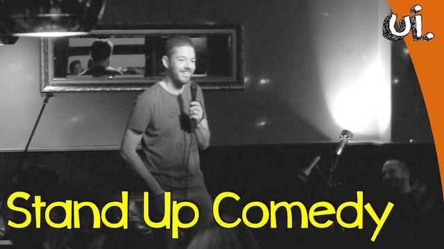 Stand Up Comedian Manuel Wolff rutscht auf einer Maus aus