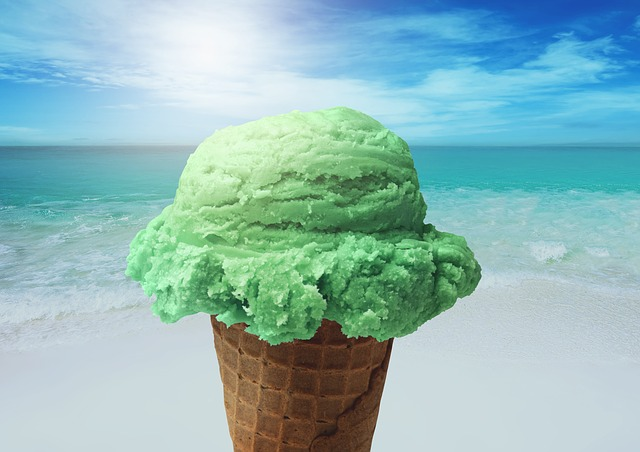 Kugel Eis am Strand, wahrscheinlich Pfefferminz oder Waldmeister